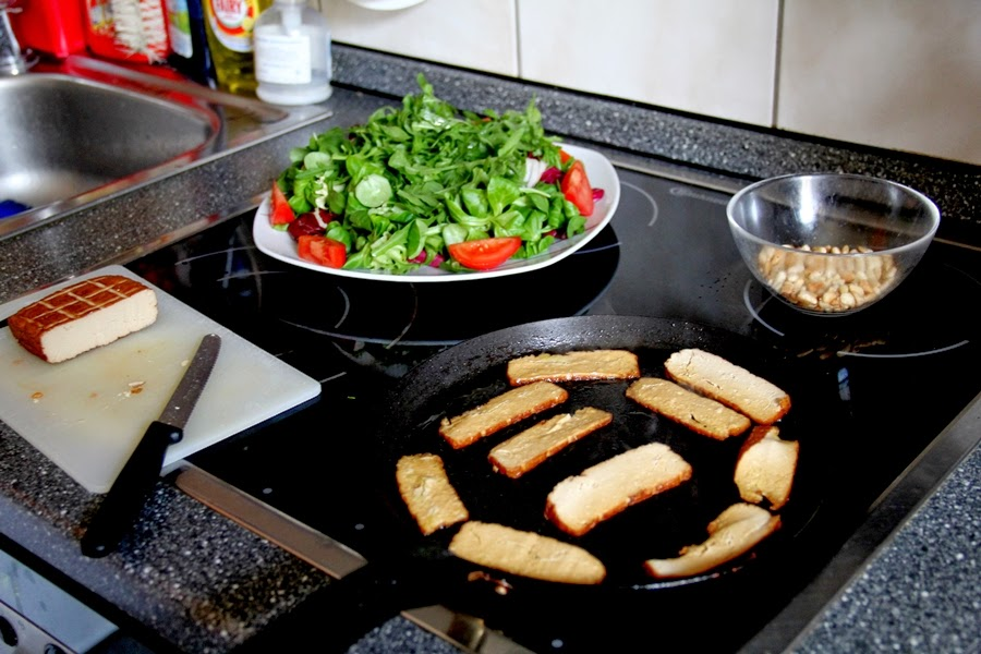 küche salat räuchertofu tofu pinienkkerne nüsse vegan essen