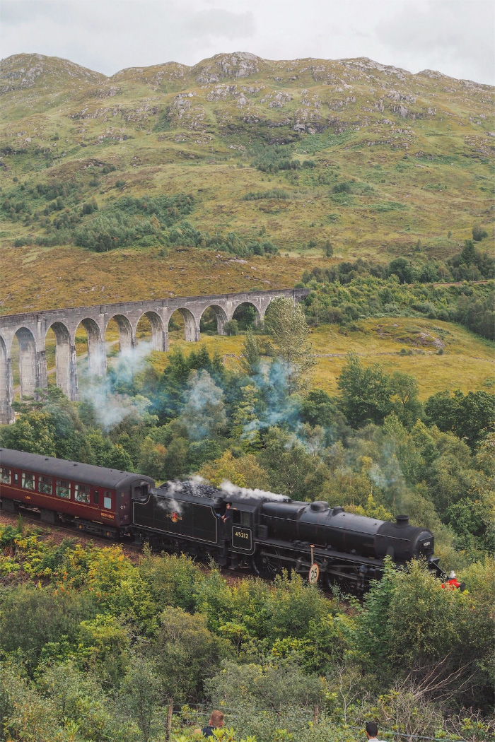 Jacobite Steam Train au viaduc de Glenfinnan en Ecosse