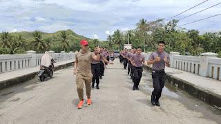 Jaga Kesehatan Personel, Kapolres Enrekang Pimpin Lari Pagi Bintara Baru