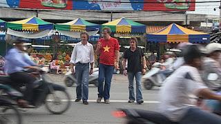 Top Gear Vietnam cruzando calle con trafico
