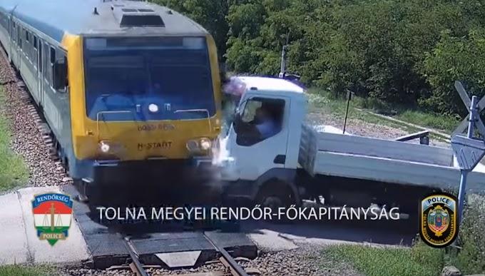 Vérfagyasztó felvétel a simontornyai vasúti átjáróból: a pillanat, amikor a teherautó a sínekre hajtott, de nem kellett volna