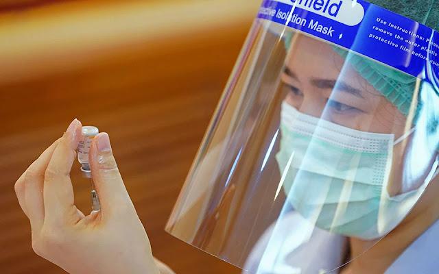 Την έναρξη της «κυλιόμενης αξιολόγησης» (rolling review) για το κινεζικό εμβόλιο της Sinovac ανακοίνωσε προ ολίγου ο Ευρωπαϊκός Οργανισμός Φαρμάκων (EMA). Όπως αναφέρεται στην ανακοίνωση, η απόφαση για την έναρξη της κυλιόμενης αξιολόγησης βασίστηκε σε «προκαταρκτικά αποτελέσματα» από εργαστηριακές μελέτες και σε κλινικές δοκιμές, τα οποία δείχνουν ότι το εμβόλιο παράγει αντισώματα κατά του κορωνοϊού και προστατεύει από την Covid-19.