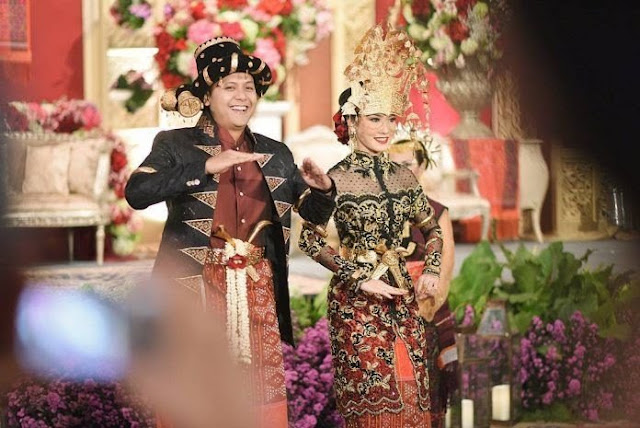 15 Gambar Busana Pakaian Adat Batak Untuk Hari Pernikahan.Seperti Kita Ketahui Suku Batak Adalah suku Yang terdiri dari Batak Toba,Karo,Simalungun,Mandailing,Pak-Pak yang di dominasi berasal dari Kota Medan Sumatera Utara,Indonesia(SUMUT).    Dalam Hal Tradisi dan Budaya Pernikahan,bagi Suku Batak Sendiri merupakan Hal yang sakral dan Sangat istimewa.    Pernikahan Dalam Budaya Batak juga memiliki perbedaan Tata cara dalam melaksanakan Upacara Pernikahan,Baik dari segi bahasa, Acara,pakaian,Maupun sistem tatanan adat yang akan di terapkan.    Ciri Khas,Macam dan Adat Istiadat Suku Batak Yang Harus kamu Ketahui dari setiap suku sangatlah beragam,dan itu sudah turun temurun dari sejarah peradaban suku Batak Terdahulu.    Dari Rumpun Suku Batak pada Bagian Artikel ini,Topik referensi Akan memuat Gambar Busana Pakaian Adat Batak Untuk Hari Pernikahan,Yang Bisa dijadikan sebagai tolak ukur dalam memilih Busana Pakaian disaat menjelang Prosesi Pernikahan dengan Baik.    Dalam Photo/gambar busana Adat Batak ini,memiliki karakteristik yang sangat memukau dan memiliki corak yang beragam dan berbeda-beda.Kumpulan gambar ini dikutip kembali dari https://www.google.com/amp/s/sumut.idntimes.com/life/women/amp/pinka-wima/15-busana-adat-batak-regional-sumut    Berikut 15 Gambar Busana Pakaian Adat Batak Untuk Hari Pernikahan:  Bagi calon pengantin yang mengenakan adat Batak Toba bisa mengenakan kebaya merah menyala yang bakal matching dikombinasikan dengan Sortali (ikat kepala)  1.Busana Pakaian Adat Batak  2. Pilih kebaya panjang warna merah yang bertabur mutiara? Kombinasi Sortali dengan mawar merah juga sukses memberi kesan mewah     Gambar 2.Busana Pakaian Adat Batak    3.Desain manis untuk pengantin adat Batak Karo! Tudung (topi kain untuk wanita Karo) dan kain tenun 3 lapis bakal membuatmu beda     Gambar 3.Busana Pakaian Adat Batak   4.Serba merah dan emas, ini bisa jadi referensi untuk calon mempelai Batak Karo. Kamu bisa mengenakannya untuk pemberkatan maupun resepsi     