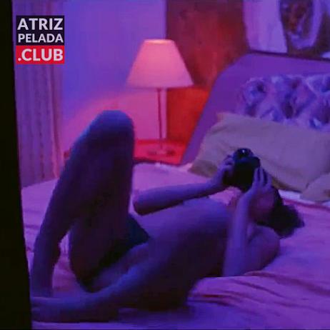 Bruna Marquezine de calcinha mostrando os peitos em cena de filme
