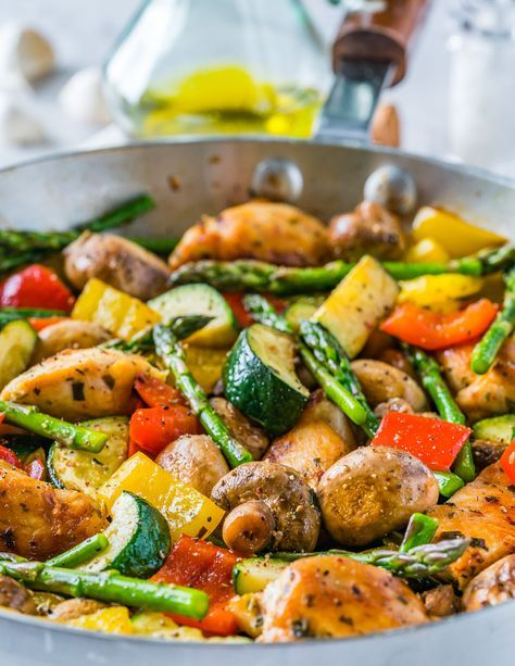 One Pan Italian Chicken Skillet is a NEW 20 Minute Dinner Idea! #recipes #healthymeals #food #foodporn #healthy #yummy #instafood #foodie #delicious #dinner #breakfast #dessert #lunch #vegan #cake #eatclean #homemade #diet #healthyfood #cleaneating #foodstagram