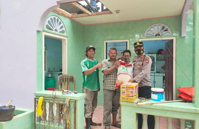 Kapolsek Singkep Barat Berikan Bantuan Paket Sembako kepada Korban Yang Rumahnya Ditimpah Pohon Durian