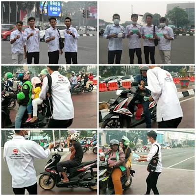 Asap Kian Tebal, PGK Kota Palembang Bagikan Masker