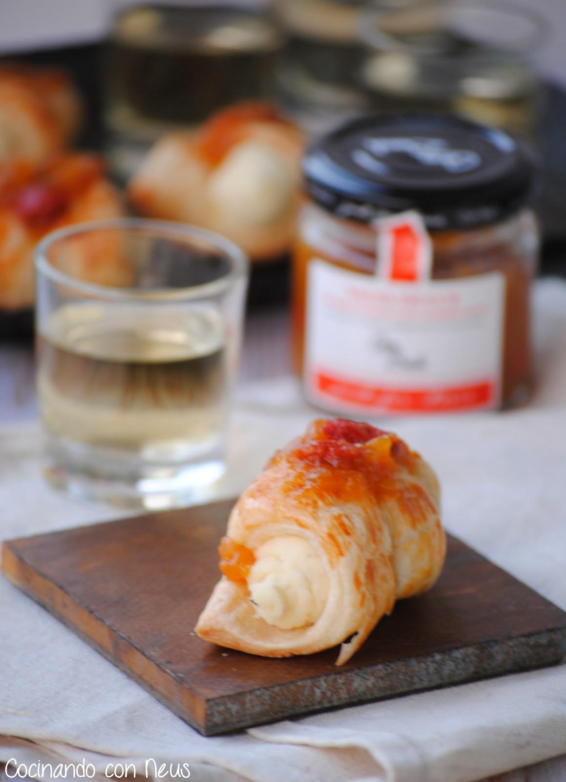 Mini canutillos de brie con salsa dulce de melocotón y albaricoque con bayas de goji de Can Bech-cocinando-con-neus