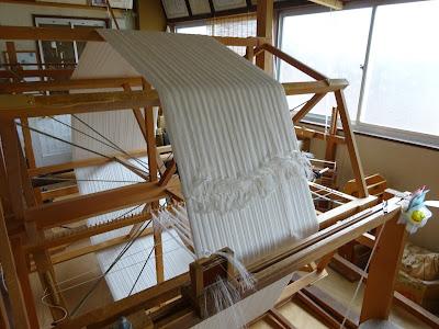 牛首紬の糸の一本一本が輝いて見えます。
