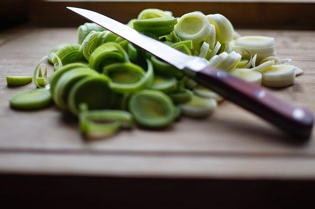 cortar verduras en la cocina de la abuela
