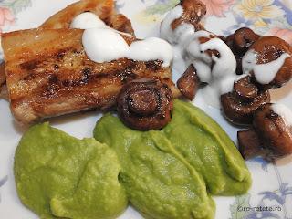 Piept de porc cu ciuperci sote sos de iaurt cu usturoi si piure de mazare reteta de casa Craciun retete culinare mancare grill gratar friptura gratare carne,