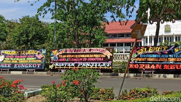 Kantor Gubernur Aceh Dikirimi Karangan Bunga 'Juara Termiskin di Sumatera'
