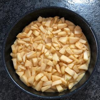 Première couche de pâte et de pommes