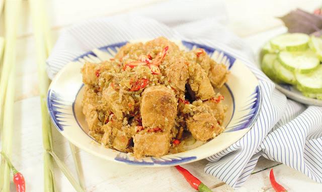 Chẳng hạn như món gà được làm từ gốc sả nhồi tàu hủ non, lăn bột chiên giòn thơm phức. Chả quế làm từ khuôn đậu, phết phẩm màu thực phẩm rồi đem hấp. Chả ram là nấm, miến tàu và gói bánh đa nem. Chả lụa làm từ chuối mật nấu chín, bóc vỏ, giã nhuyễn trộn với gia vị, bột thính, bí đao thái hột lựu, gói trong lá chuố đen hấp. Sườn rán làm từ khoai lang bọc đậu xanh chiên vàng. Cá lóc làm từ chuối xanh tẩm gia vị… Ngay cả quả mít non, đầu bếp cũng khéo léo nấu thành món thịt gà bóp tiêu muối, rau răm y như thật.