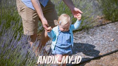 bayi, berjalan, menuntun bayi, anak cepat jalan,