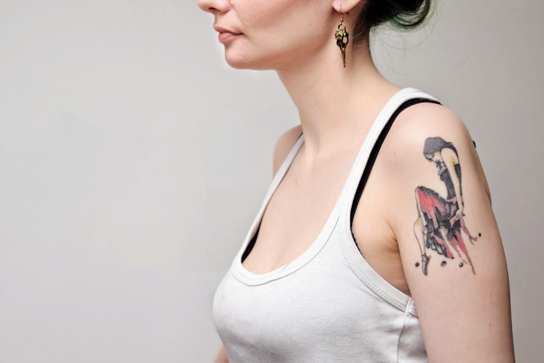 Tatouage épaule My Chemical Romance inspiré d'Helena