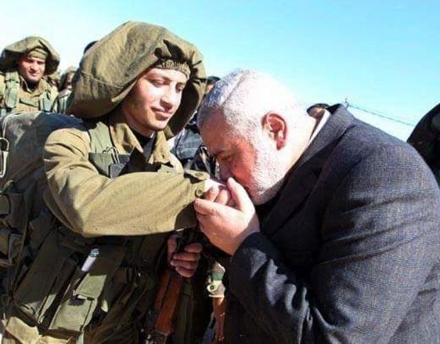 Ismail Haniya cium tangan Izzuddin Al Qassam