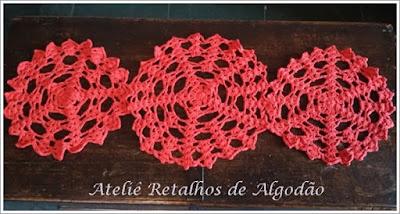 Caminho de mesa de crochê feito com toalhinhas