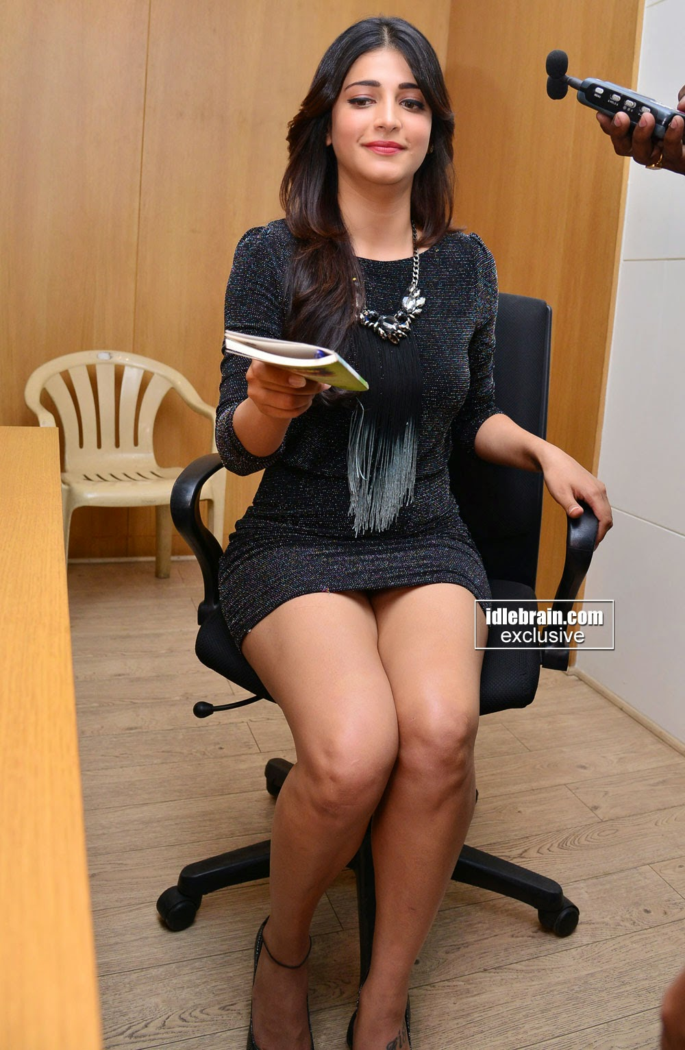 Shruti Haasan Showing Hot Thighs In Black Mini Upskirt -4578