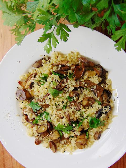 Komosa ryżowa z grzybami leśnymi, pietruszką i tymiankiem