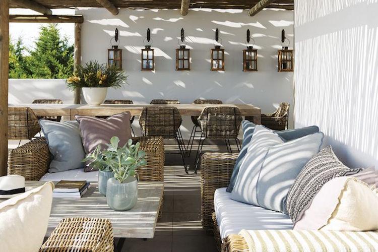 terraza a la sombra con muebles de fibra