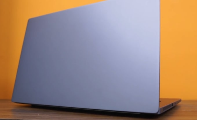 The anodized all-aluminum build of Mi Notebook 14 Horizon laptop. No branding on the display lid.