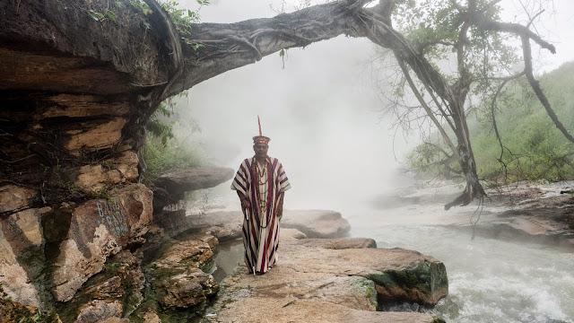 El chamán Juan Flores retratado delante del 'río hirviente' llamado Shanay-timpishka.