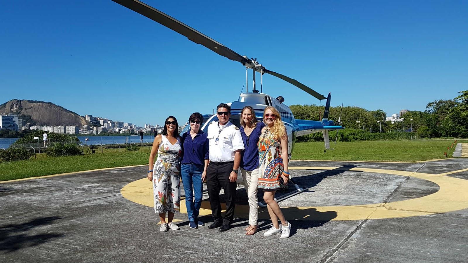 Comandante Frank da Helisight com blogueiras de viagem.