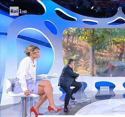 Monica Giandotti gonna tacchi alti rossi Unomattina 24 settembre