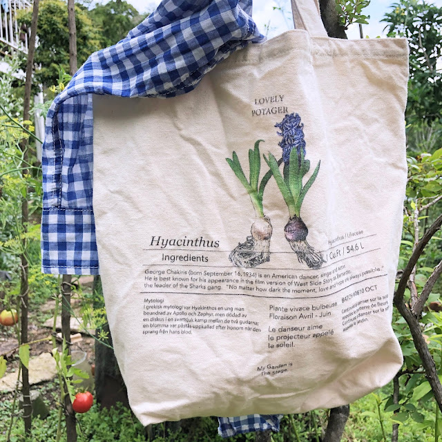 The canvas tote bag, which has a vintage feel even after washing and is valuable over time, is fashionable.