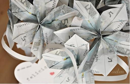 Hacer un ramo con billetes, una forma original de regalar dinero