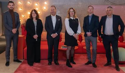 Gruppbild på de fyra nya styrelseledamöterna samt VD och styrelseordförande.