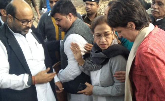 Priyanka Gandhi visits family of victim, Priyanka Gandhi Vadra, Unnao rape victim died, Unnao rape Case,  Kanpur News, Latest Kanpur News, Kanpur Headlines,