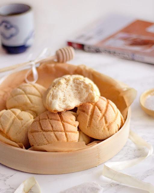 Bánh mì dưa lưới có nguồn gốc từ Nhật Bản, nhưng dần trở nên phổ biến ở nhiều quốc gia châu Á và Mỹ Latinh. Đây là loại bánh ngọt có hình dạng giống một quả dưa lưới với lớp vỏ giòn rụm bên ngoài và sự mềm mịn bên trong. Nhờ độ thơm ngon và giá thành rẻ mà món bánh này xuất hiện ở hầu hết mọi cửa hàng tại Nhật, thậm chí còn được đưa vào các bộ phim và anime.