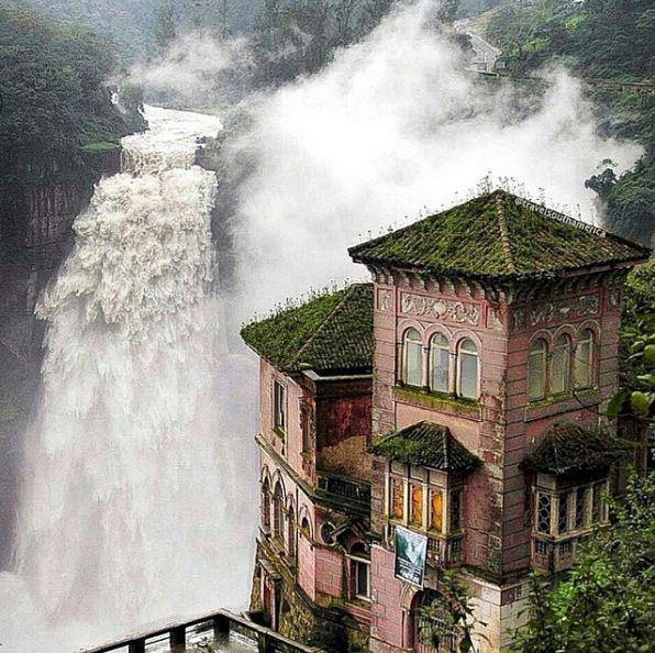 O Hotel Del Salto em San Antonio del Tequendama, na Colômbia, oferece uma excelente vista desta cachoeira