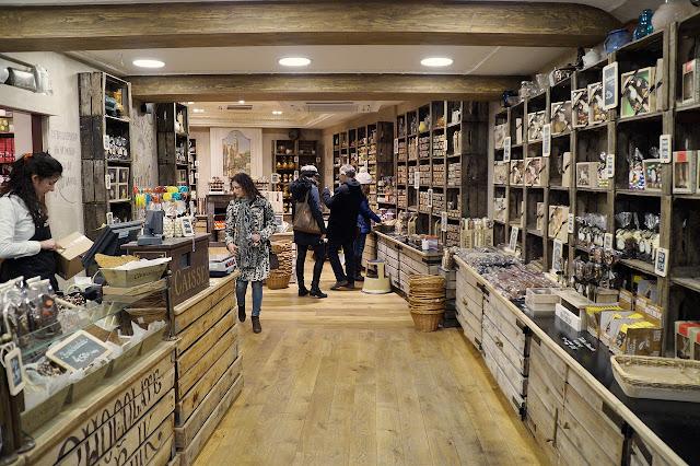 foto corredor circulação loja expositores caixa clientes produtos