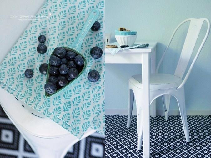 Blaubeeren und weißer Tolix Stuhl in der Küche