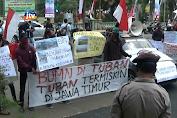 Keluhkan Dampak Dan Kerusakan Lingkungan Pabrik Semen, Warga Demo Pemkab