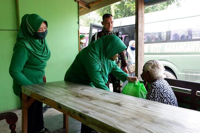 KodimKaranganyar - Ramadhan Berkah Persit KCK Cabang XLVIII Dim 0727/Karanganyar Bagikan Sembako