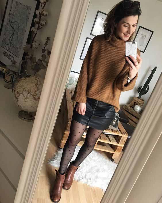 Saia de couro, meia calça e blusa de tricô