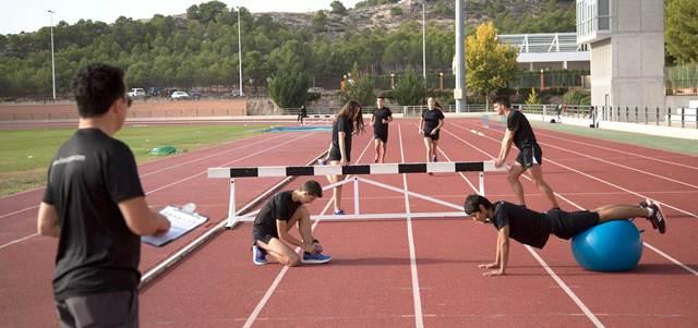 Entrenamiento atletismo jóvenes atletas