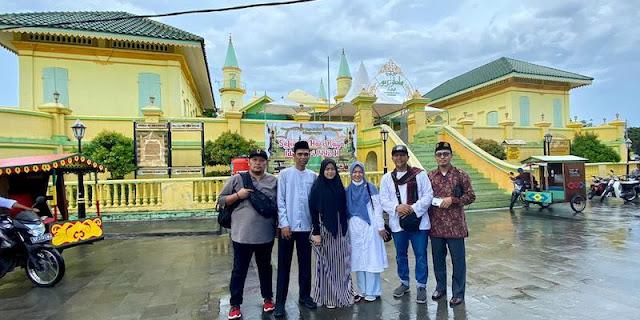 Ditemani Zuriat Raja, Ustaz Abdul Somad Dan Istri Ziarah Ke Pulau Penyengat