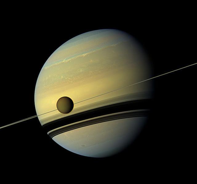 Titã e Saturno em cores reais