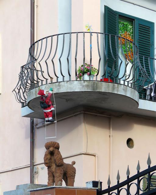Santa and a poodle, Viale Petrarca, Livorno