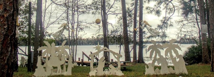 Adornos navideños frente al lago Pickett