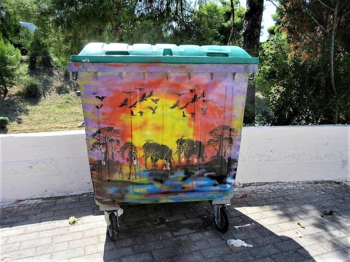 Χρωματιστοί κάδοι απορριμάτων στο Πολύχρονο Χαλκιδικής