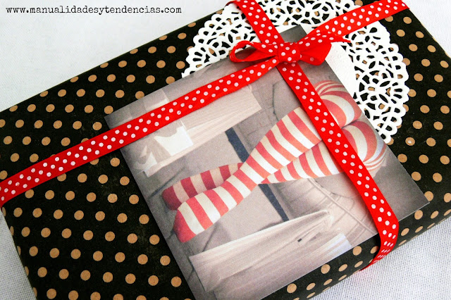 Paquete de regalo bonito con lazo rojo