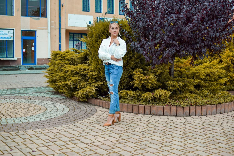 Jeansy z dziurami w duecie z białą koszulą