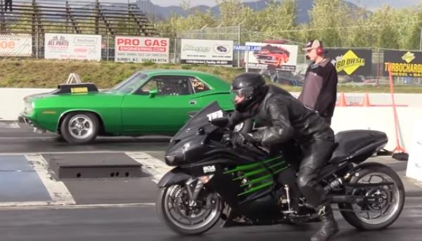 Plymouth Hemi Cuda vs Kawasaki Ninja ZX-14R 1/4 de Milla