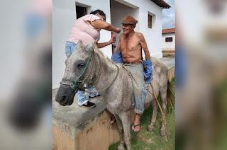 Imagem de idoso paraibano recebendo vacina em cima de cavalo viraliza na internet